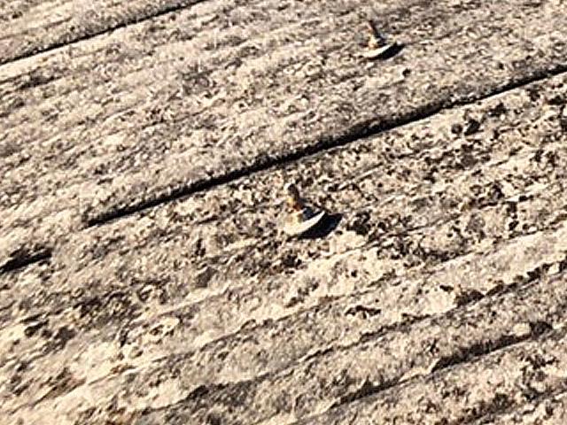 波型スレート屋根 ボルトキャップとコーキング